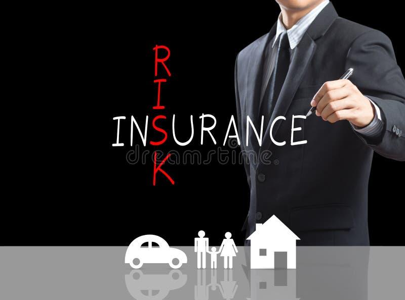 Palavras cruzadas do seguro de risco da escrita do homem de negócio fotos de stock