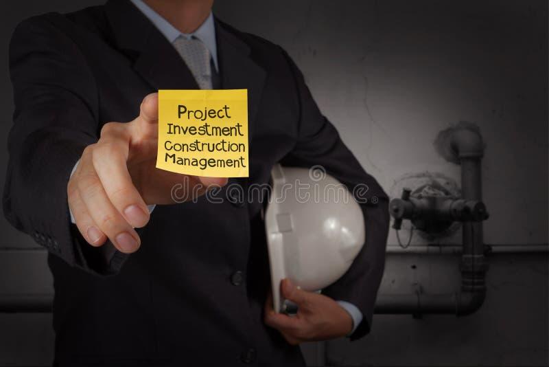 Palavras da gestão do projeto da mostra da mão do homem de negócios em wi pegajosos da nota imagem de stock