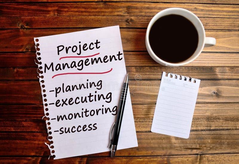 Palavras da gestão do projeto no papel imagem de stock royalty free