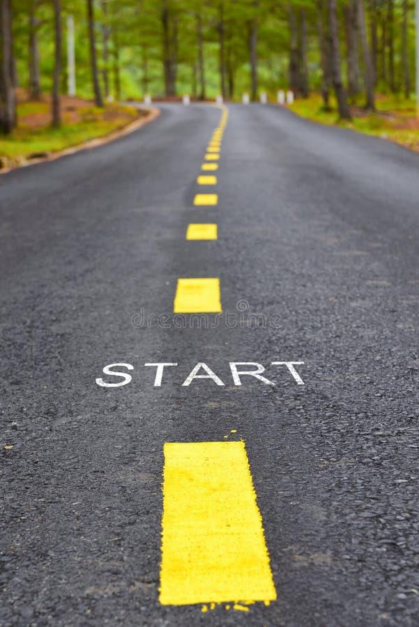 Palavras do começo com linha marcação amarela na superfície de estrada no parque imagem de stock
