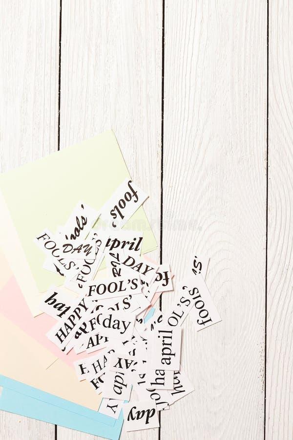 Palavras impressas April Fools Day feliz no fundo de madeira fotos de stock