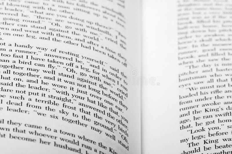 Palavras inglesas mostradas em duas páginas abertas do livro foto de stock royalty free