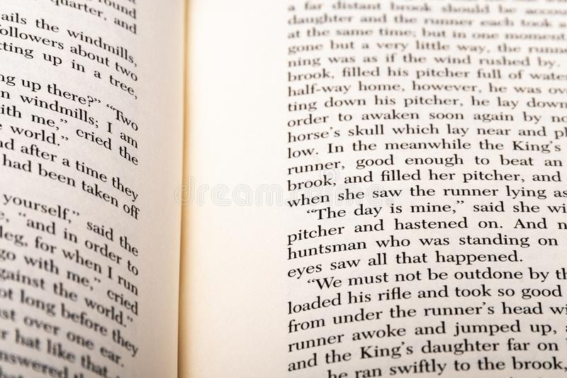 Palavras inglesas mostradas em duas páginas abertas do livro imagem de stock royalty free