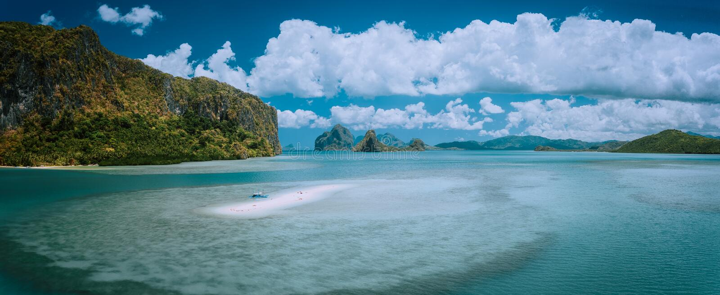 Palawan, Filipiny Powietrzny panoramiczny sceniczny obrazek sandbar z osamotnioną turystyczną łodzią w turkusowej nabrzeżnej wodz obrazy royalty free