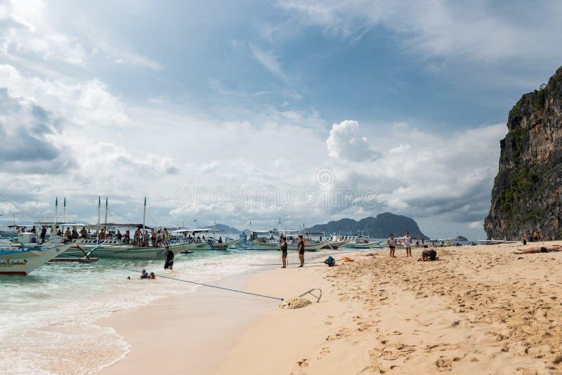 PALAWAN, FILIPPIJNEN - JANUARI 27, 2018: Het strand van het helikoptereiland in Gr Nido, Palawan, Filippijnen stock foto's