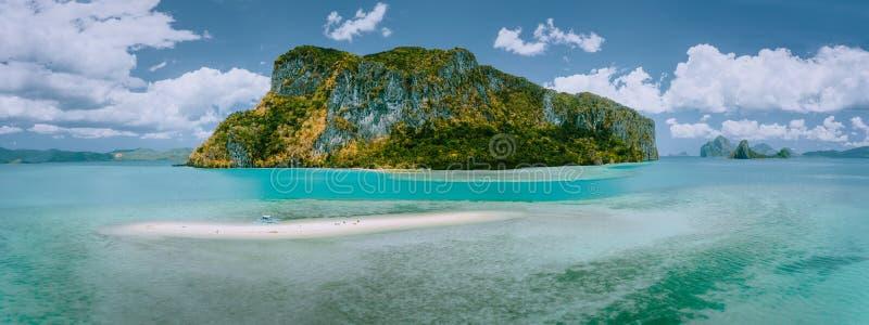 Palawan Filippinerna Den flyg- surrpanoramautsikten av sandbaren med det ensamma turist- fartyget i kust- turkos blir grund arkivfoton
