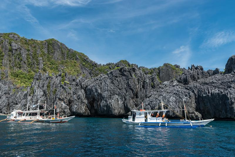 PALAWAN FILIPPINERNA - JANUARI 24, 2018: Dykarefartyg för El Nido Folket är att ta som är privat, turnerar för att dyka in i have royaltyfri foto