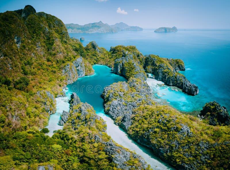 Palawan, opinião aérea do zangão de Filipinas de penhascos da lagoa e da pedra calcária de turquesa EL Nido Marine Reserve Park imagens de stock royalty free