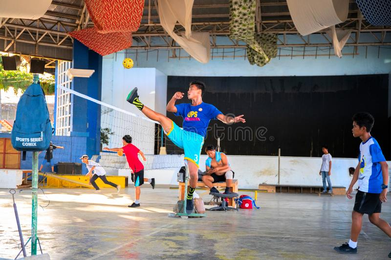 Palawan, Phillllipines - 20 de noviembre de 2018: Retroceso joven del entrenamiento del deportista con la bola plástica Takraw de fotos de archivo