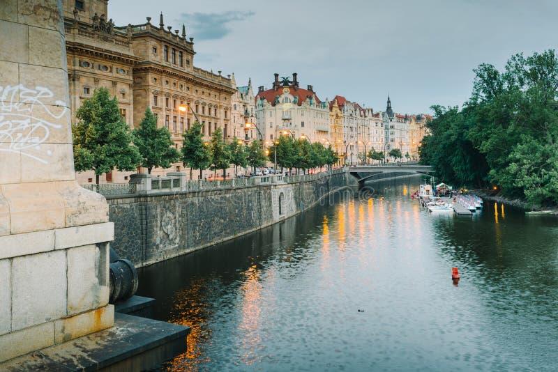 Palazzi di Praga lungo il fiume della Moldava alla sera fotografia stock
