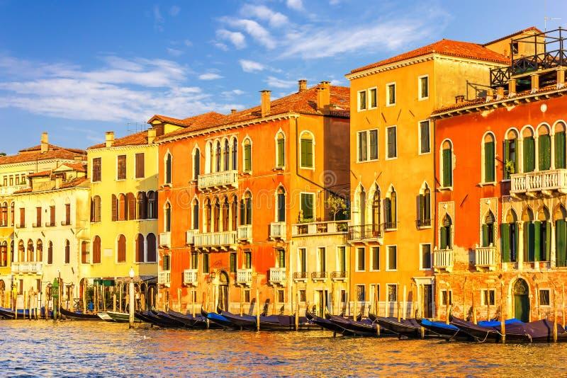 Palazzi sulla fermata di San Toma del vaporetto a Venezia fotografie stock