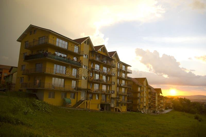Palazzina di appartamenti al tramonto fotografia stock libera da diritti