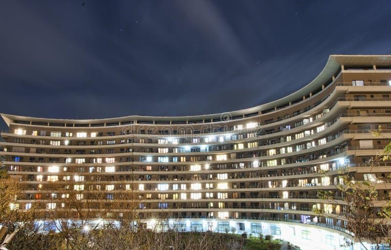 Palazzina di appartamenti alla notte fotografia stock