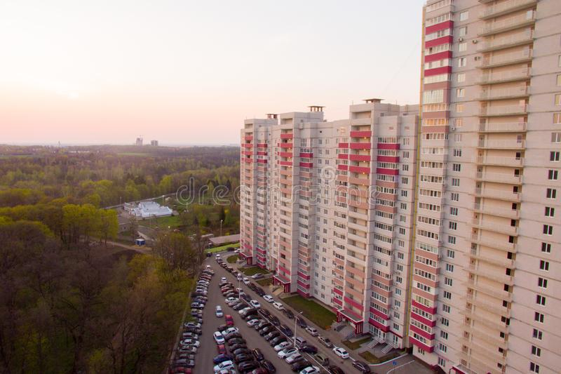 Palazzina di appartamenti vicino alla foresta fotografia stock