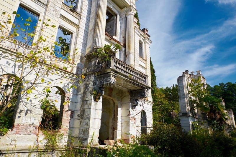 Palazzo abbandonato di principe Smetsky nel bello giardino tropicale della palma costruito nel 1913, l'Abkhazia immagine stock libera da diritti