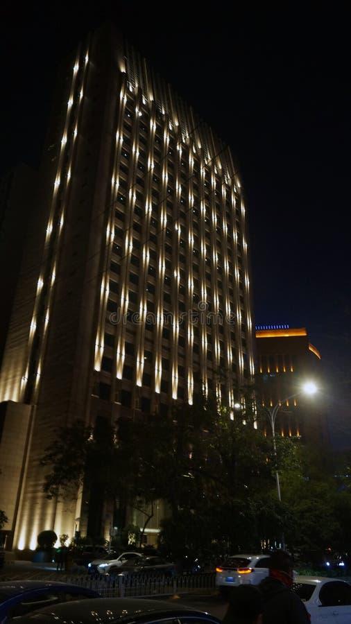 Palazzo alto a Wuhan in Cina di notte fotografia stock