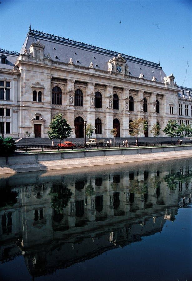 Palazzo antico BUcuresti - in Romania immagine stock