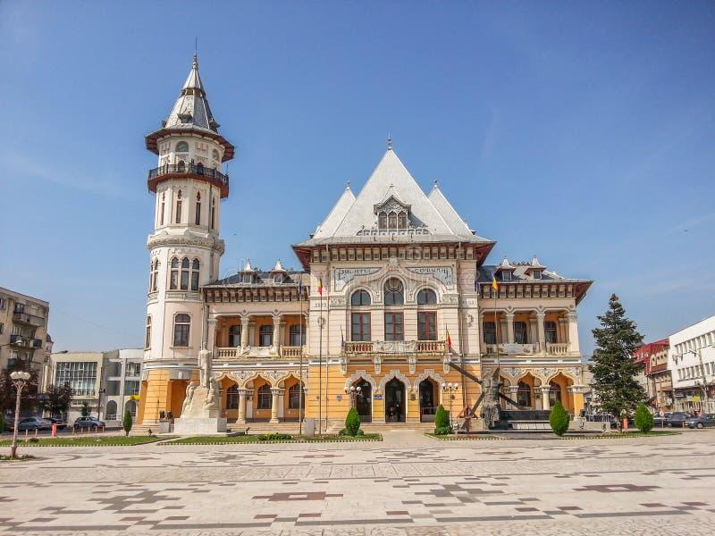Palazzo comunale in Buzau dal quadrato di dacia, Romania immagini stock libere da diritti