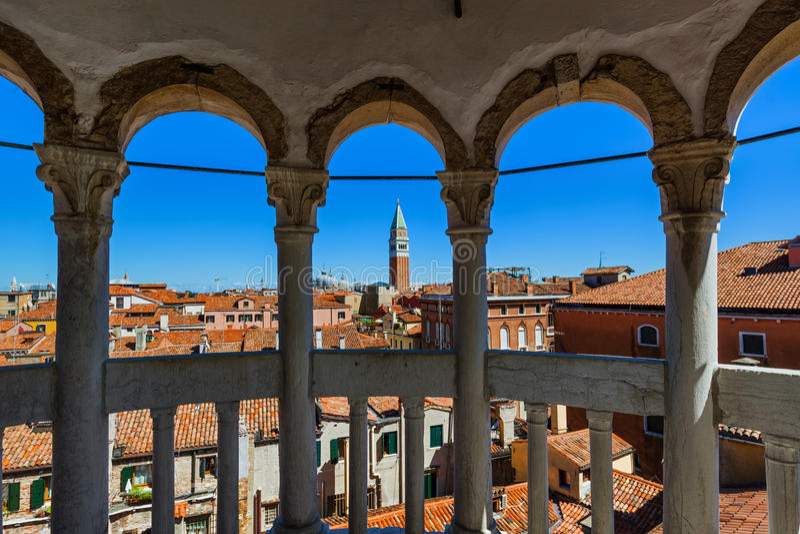 从Palazzo Contarini del Bovolo的看法在威尼斯意大利 免版税库存照片
