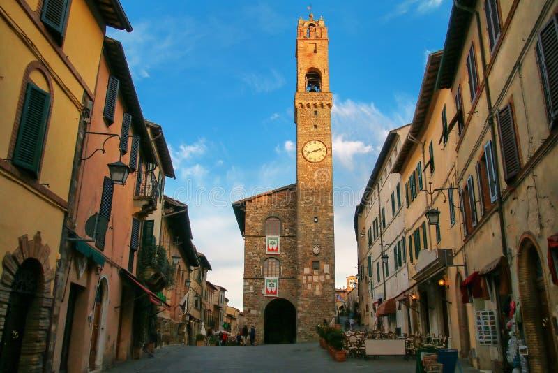 Palazzo dei Priori på Piazza del Popolo i Montalcino, Val D `-späckhuggare fotografering för bildbyråer