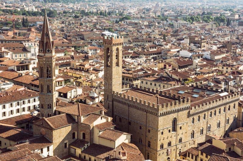 Palazzo del Bargello och Badia Fiorentina kyrktorn, Florence, Ita royaltyfri fotografi
