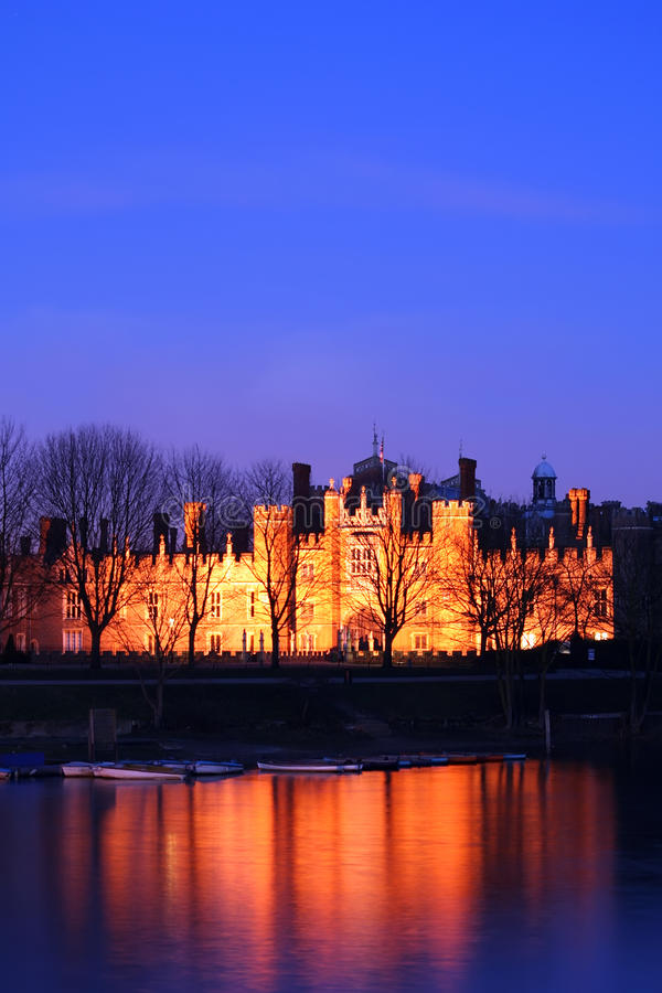 Palazzo del Hampton Court alla notte fotografia stock