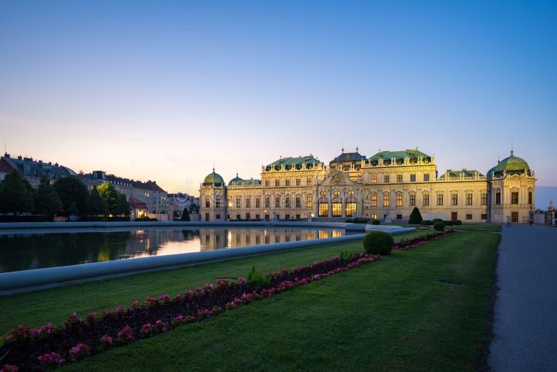 Palazzo del museo di belvedere alla notte a Vienna, Austria immagini stock