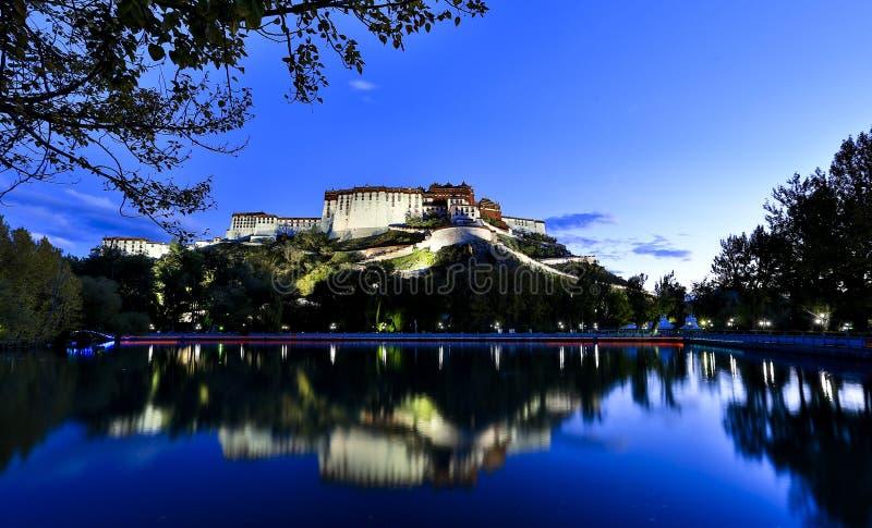 Palazzo del Potala alla notte immagini stock libere da diritti