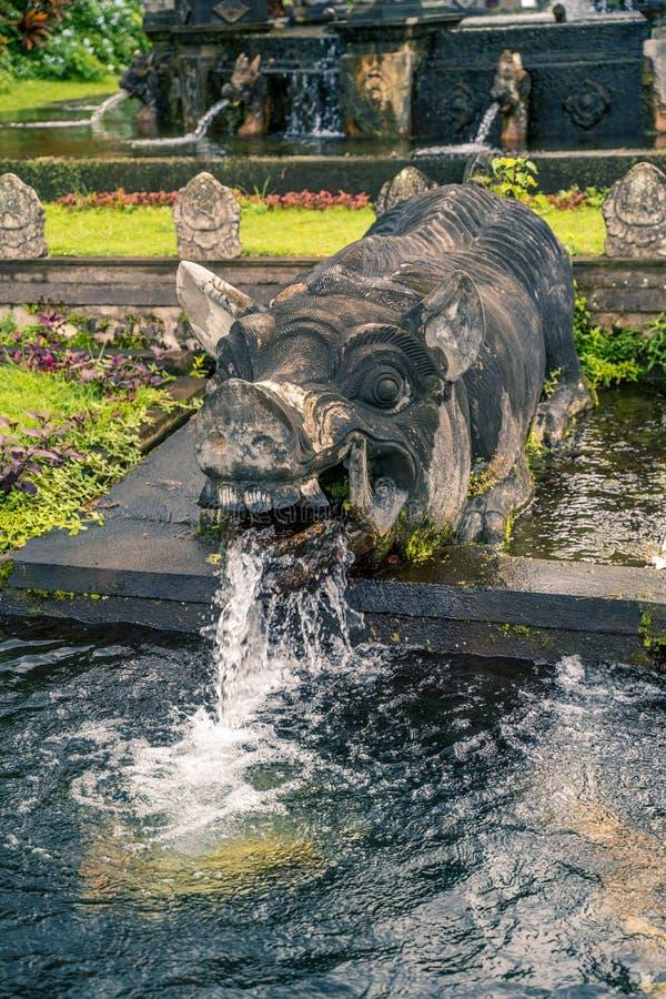 Palazzo dell'acqua di Tirta Gangga, Karangasem, Indonesia Bello palazzo popolare dell'acqua con le fontane ed i demoni indù tradi fotografie stock libere da diritti