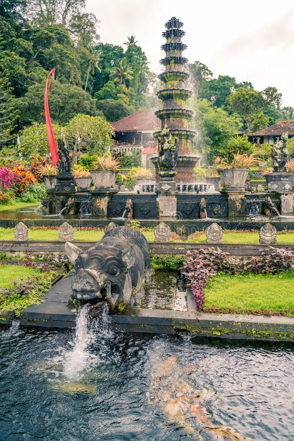 Palazzo dell'acqua di Tirta Gangga, Karangasem, Indonesia Bello palazzo popolare dell'acqua con le fontane ed i demoni indù tradi fotografia stock