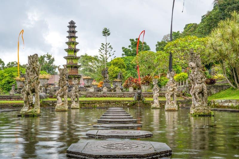 Palazzo dell'acqua di Tirta Gangga, Karangasem, Indonesia Bello palazzo popolare dell'acqua con le fontane ed i demoni indù tradi fotografie stock