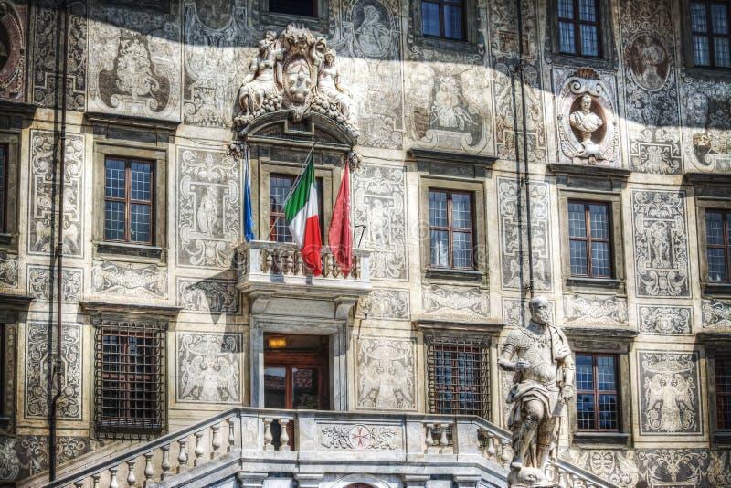 Palazzo della Carovana i Pisa med den Cosimo Jag de Medici statyn arkivfoton