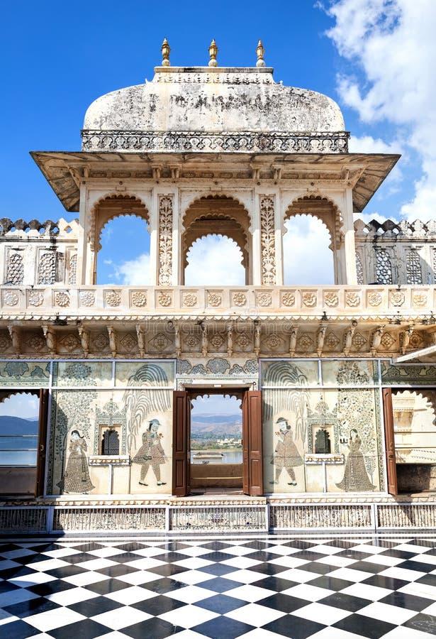 Palazzo della città di Udaipur con il pavimento di scacchi fotografie stock libere da diritti