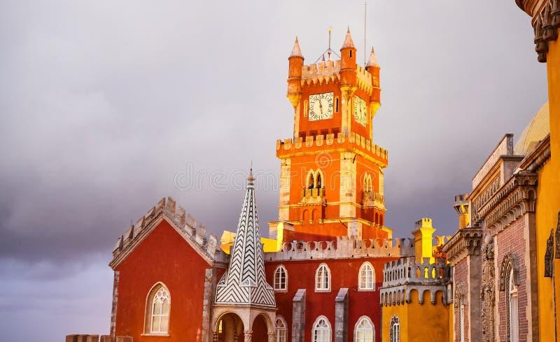 Palazzo della Pena a Sintra, Lisbona, Portogallo sotto le luci notturne Un famoso punto di riferimento I castelli più belli d'Eur immagini stock libere da diritti