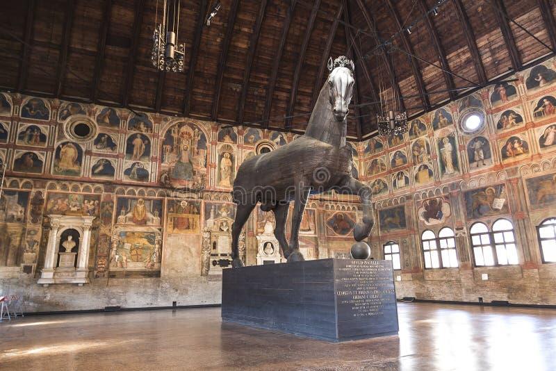 Palazzo-della Ragione met een houten beeldhouwwerk van een paardpaard van troje maakte in 1466 Padua stock afbeeldingen