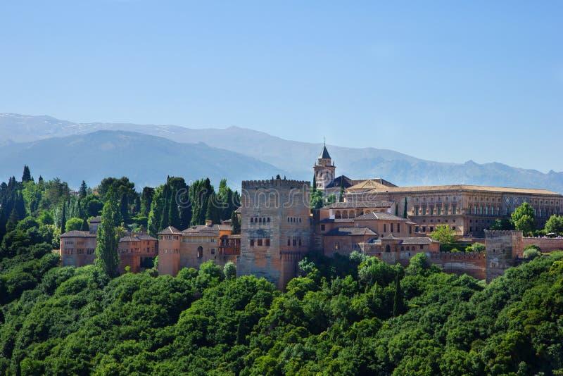 Palazzo di Alhambra e montagne Spagna fotografia stock libera da diritti