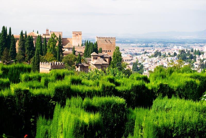 Palazzo di Alhambra e vista della città di Granada fotografia stock libera da diritti