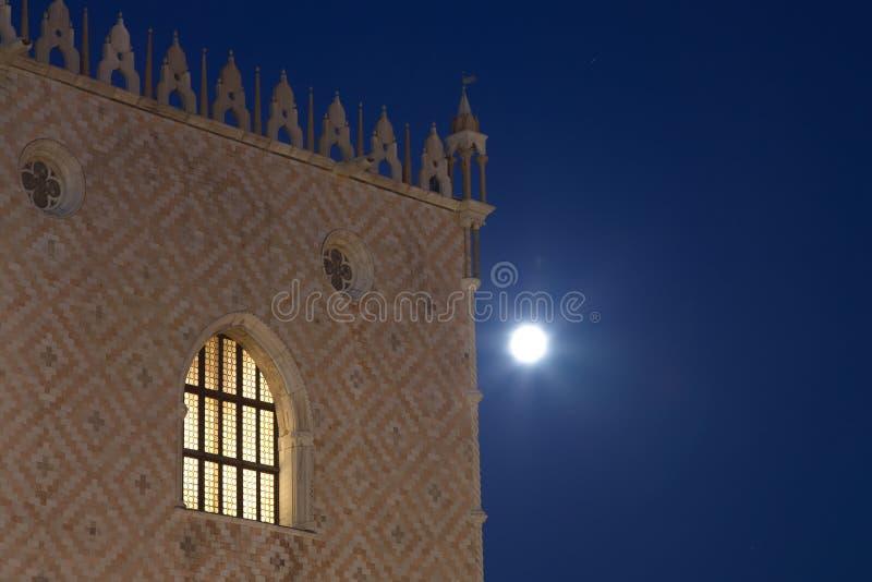 Palazzo di espedienti alla notte con la luna nei precedenti immagini stock libere da diritti