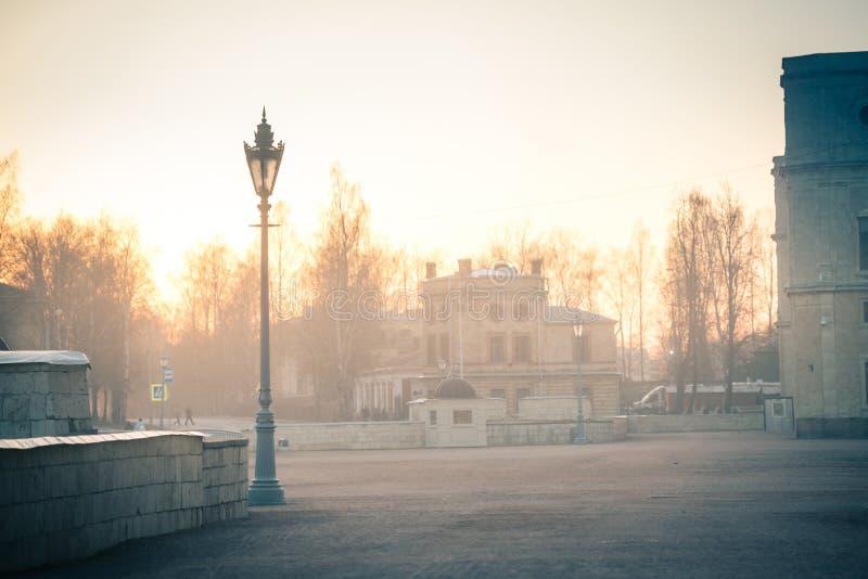 Palazzo di Gatcina nella nebbia immagine stock