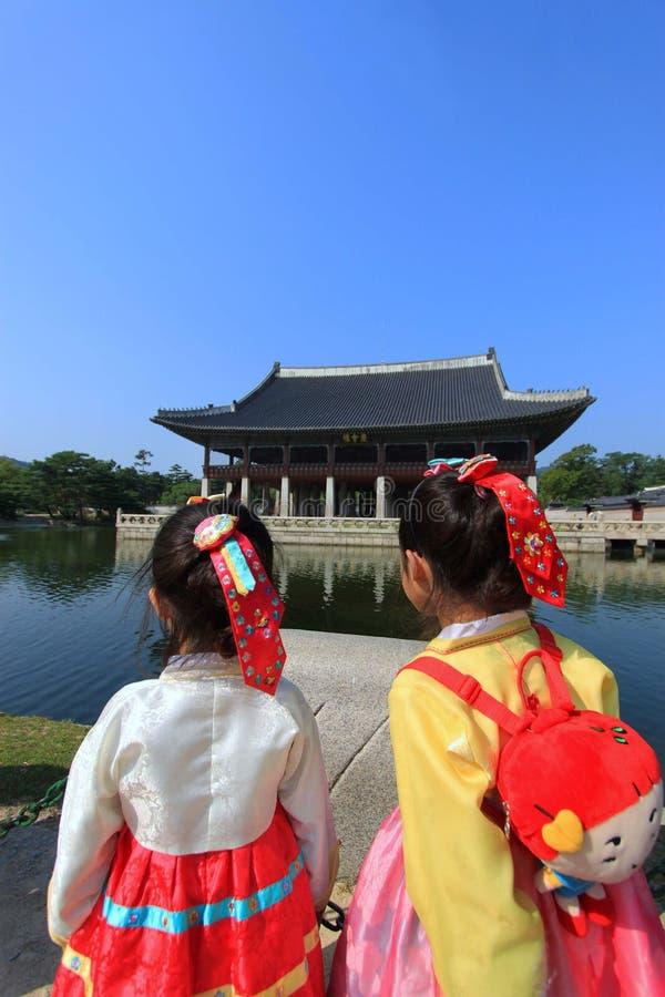 Palazzo di Gyeongbokgung con il vestito nazionale coreano immagine stock
