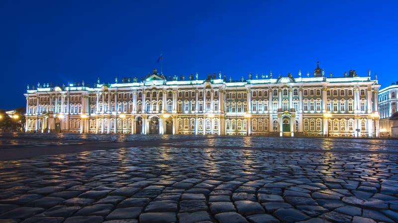Palazzo di inverno del Museo dell'Ermitage sul quadrato del palazzo alla notte, San Pietroburgo, Russia immagini stock libere da diritti