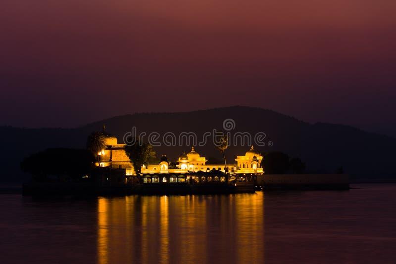 Palazzo di Jagmandir alla notte immagine stock libera da diritti
