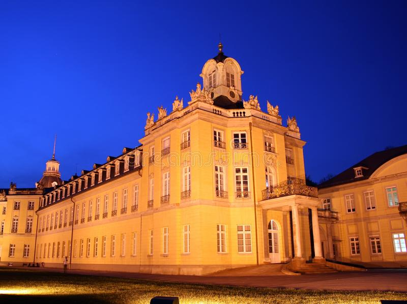 Palazzo di Karlsruhe alla notte fotografia stock libera da diritti