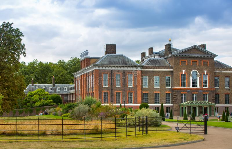 Palazzo di Kensington, monumento della regina Victoria nei gargens di Kensington Londra, Regno Unito fotografia stock