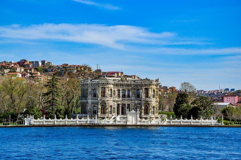Palazzo di ksu del ¼ del ¼ çà di Kà (palazzo di Kucuksu) visto dallo stretto di Bosphorus, Costantinopoli, Turchia immagine stock