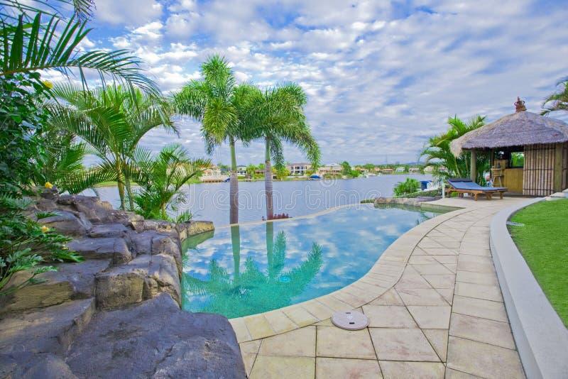 Palazzo di lusso fuori della piattaforma con la capanna del Bali fotografia stock