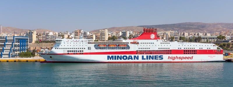 Palazzo di Mykonos del traghetto nel porto di Pireo immagini stock libere da diritti
