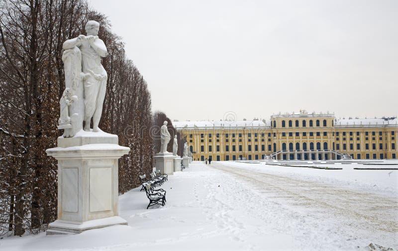 Palazzo di Schonbrunn - di Vienna e statue di mitologia immagine stock
