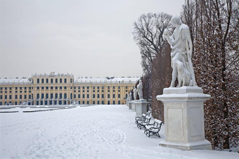 Palazzo di Schonbrunn - di Vienna e statue di mitologia fotografia stock libera da diritti