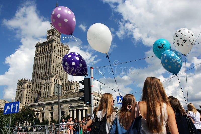 Palazzo di scienza e cultura a Varsavia e ragazze con i baloons fotografia stock libera da diritti
